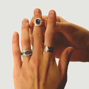 chl-3919_Hands+jewellery_c